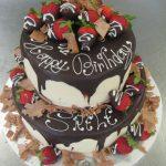 2-stöckige Geburtstagstorte mit Erdbeeren